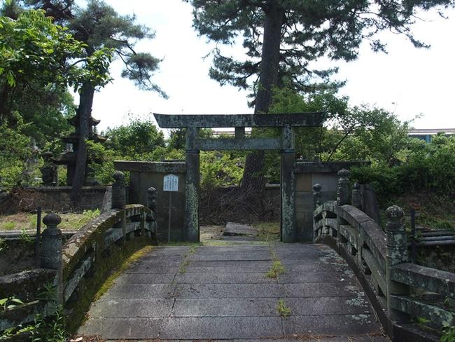 高伝寺墓所入口