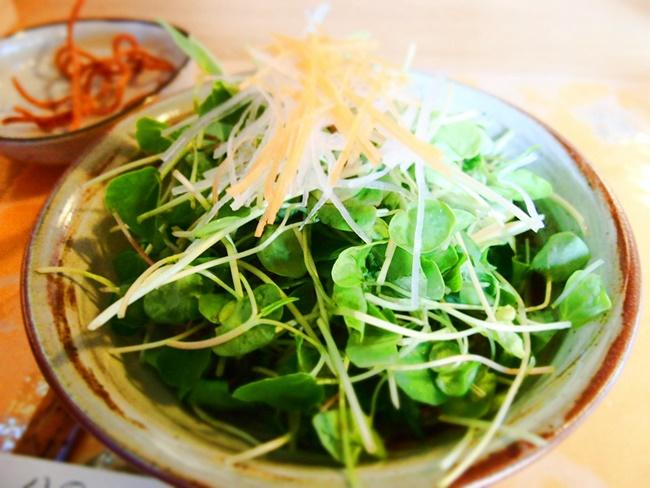 木漏れ陽そばの芽サラダ