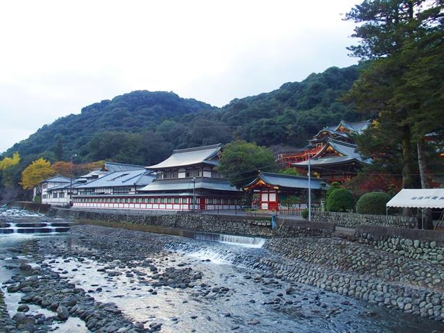 橋の上から見た祐徳稲荷神社