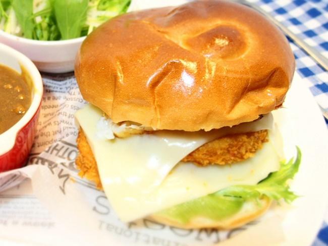 牛津蒲鉾の「ミンチコロッケ」とローソン「エルチキバンズ」を使ったダブルチーズバーガー!さがめし